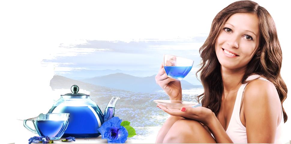 довольная девушка с чаем